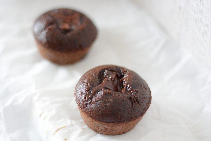 ensamtjejpagymmet - Chokladmuffins med choklad-gömma 6st Recept:  1 dl mandelmjöl/protein 4 tsk kakao 2 ägg 0.5 tsk bakpulver 1.5 tsk fiberhusk 4 tsk sötströ **Fyllning: Barebells hazelnut cream... Baka 10-15min på 150*. Blanda torrt. Vispa ihop ägg och sukrin. Häll i torrt i äggsmet. Smaka av om ni vill ha mer söt. Fyll smet upp till ca hälften av varje form. Klicka i hasselnötsskräm i mitten på varje muffins.