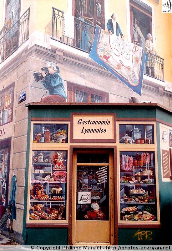 """Fresque des Lyonnais (Lyon, Rhône-Alpes). Elle rend hommage à Bertrand Tavernier, Joseph-Marie Jacquard et Philippe de la Salle, au-dessus de la façade """"Gastronomie lyonnaise"""""""