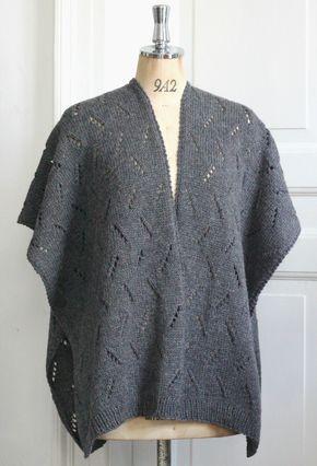 Den gråmelede poncho strikkes i 2 ens baner, som sys sammen midt bag a la mexicansk poncho. Den strikkes i et skråt hulmønster, som beskrives i strikkeopskriften, og så er den i et lækkert uldgarn, som består af 35 % genbrugt uld og 65 % ny uld uld – og det er jo noget, vi kan lide. Garnet er fra…