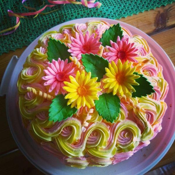 Vappukakku Daimtäytteellä - Kiitos Miia! #mitätahansaleivotkin #leivojakoristele #droetker #kakku #leivonta #kilpailu
