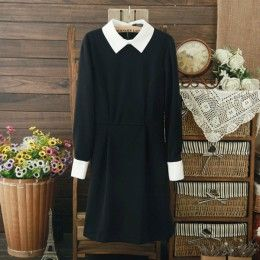 Черное платье с белым воротником и манжетами