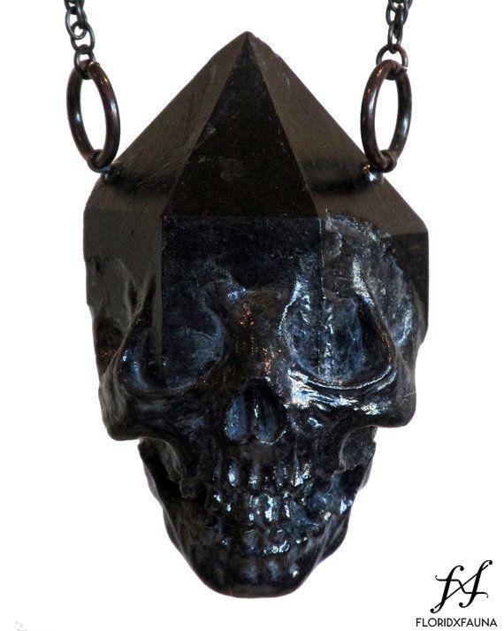 Emergent skull crystal pendant  black por floridxfauna en Etsy