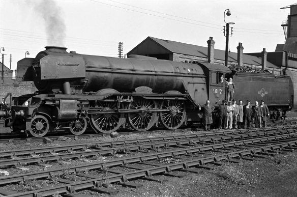 Grantham locomotive crew and shed staff in front of A3 St. Simon 60112, 1963.