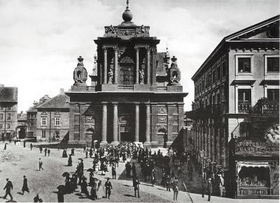 St. Joseph's Church on Krakowskie Przedmieście Street, circa 1912. Church and monastery funded by King Władysław IV for the Order of Carmelites in the 17th century, for the past 100 years the seat of the Metropolitan Clerical Seminary and following World War II – until St. John's Cathedral was rebuilt – it served as the pro-cathedral. (Photo from A.J Ostrowski Publishing album)