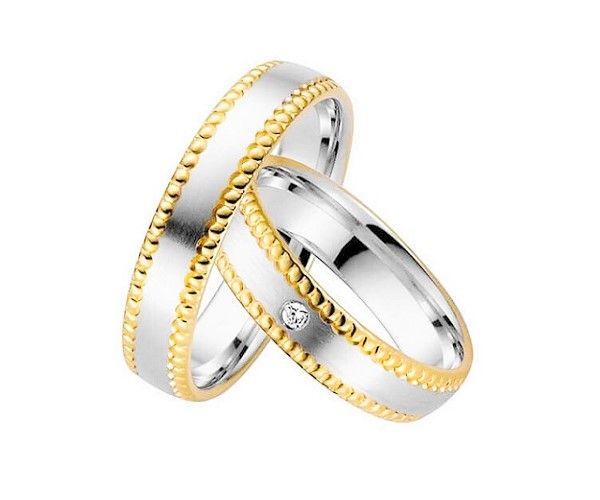 Alliances de mariage, 2 ors 18 cts, pavée de 1 brillant de 0.01 ct pour le modèle féminin.