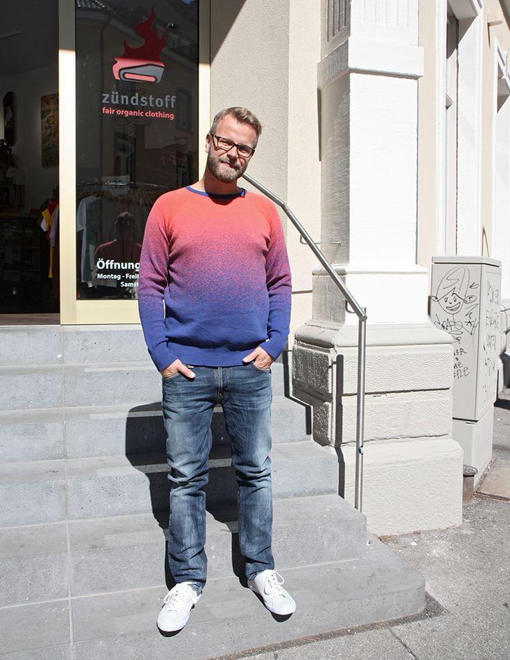 Matze trägt: Fuego Man Knitwear von Misericordia Thin Finn [Org. Midnight Worn] von Nudie Jeans  http://www.zuendstoff-clothing.de/misericordia/maenner/fuego-man-knitwear-blue-red-sweats-pullover_pid_753_11527.html  http://www.zuendstoff-clothing.de/nudie/maenner/thin-finn-org-midnight-worn-jeans_pid_737_10352.html