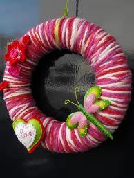 Omwikkel een piepschuim krans met één of meerdere kleuren garen. Plak er en paar leuke figuurtjes op.