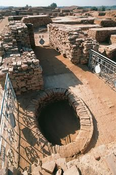 Oval pit in Mohenjo-daro citadel (UNESCO World Heritage List, 1980), Sindh, Pakistan. Indus Valley civilisation, 2600 BC.