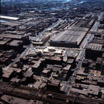 Le Planétarium de Montréal en construction et les messageries du CN - Archives de la Ville de Montréal