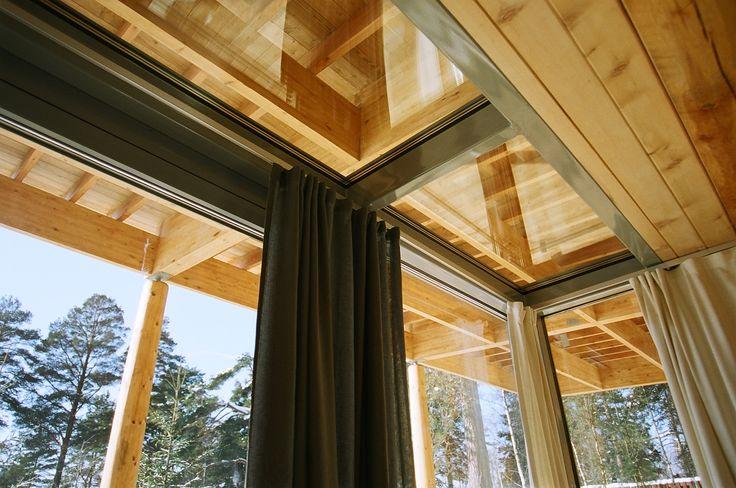 Витражи, окна и наружные двери системы Schüco изготавливались на заказ по авторскому проекту с учетом усадки деревянных конструкций.