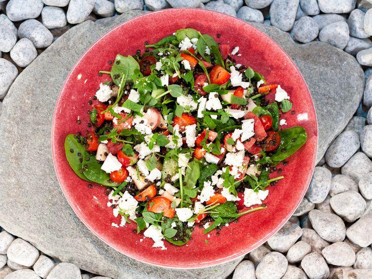 Sommarsallad med persika, jordgubbar och örter | Recept från Köket.se