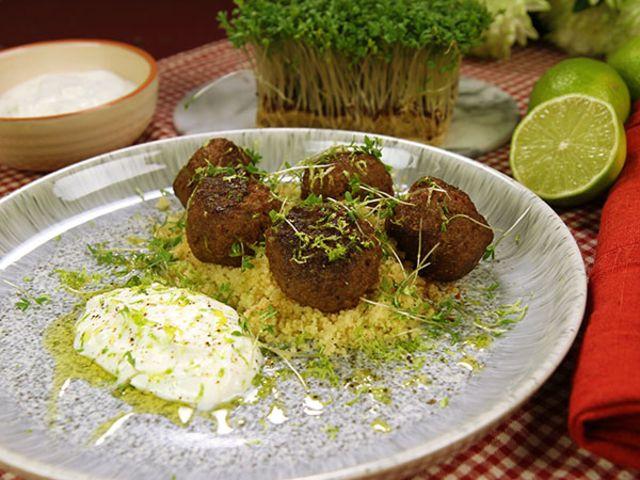 Kryddiga köttbullar med couscous och limeyoghurt (kock Tom Sjöstedt)