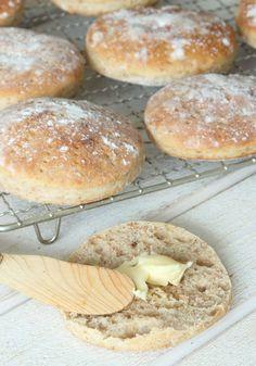Mjuka härliga tekakor fyllda med nyttigt grahamsmjöl och rågmjöl.
