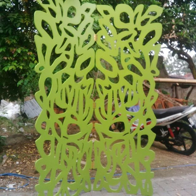 DesainQ | Digital Fabrication #partisi #partisiruangan #sketsel #wallpanel #paneldinding #3dwall #3dwallpanel #ukiran #papannama #sketselruangan #arsitektur #mdfcutting #interiordesain #interiordesainer #dekorasi #arsitek #screendivider #mebel #furniture
