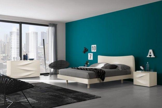 Camera con parete azzurra