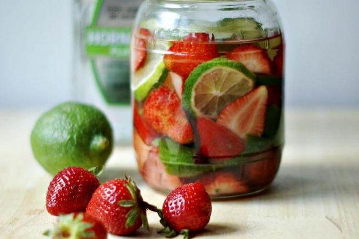 🍓Клубничный ликер с лимоном и мятой🍋  1 кг ягод 1 литр самогона/водки 0,8 кг сахара 0,5 л воды 2 ст. л. лимонного сока Ваниль, цедра лимона и мята  🍓Ягоды помыть, просушить, положить в стеклянную банку, залить водкой закрыть плотно крышкой и поставить на 20 дней в темное место. Затем откинуть ягоды на дуршлаг, собравшийся сок слить в банку.  🍋Сварить сироп из воды и сахара, в конце добавить мяту, 1/3 ванильной палочки, цедру лимона, и лимонный сок, охладить и процедить.  🌿Охлажденный…