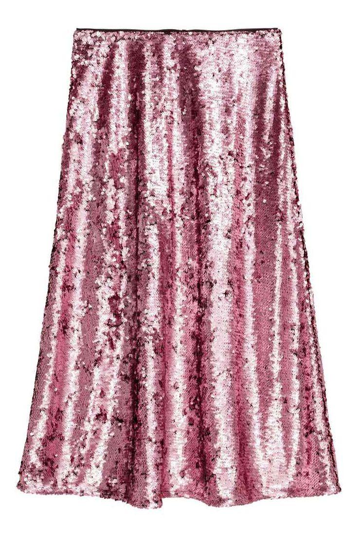 Cekinowa spódnica: Rozszerzana spódnica do połowy łydki z siateczki pokrytej cekinami. Z tyłu kryty suwak. Z podszewką.