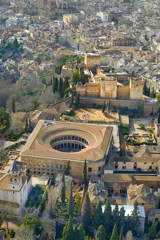 El castillo de Carlos V, dentro de La Alhambra, Granada, España                                                                                                                                                      Más