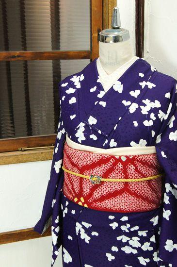 水玉の地文様浮かぶ紫に、はらりはらりと風に舞い浮かぶような白い花模様がデザインされた化繊の単着物です。#kimono