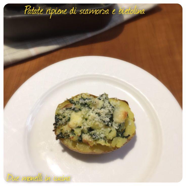 Le patate ripiene di scamorza e bietolina sono un secondo piatto vegetariano semplice e molto economico. Possono essere servite anche come contorno.