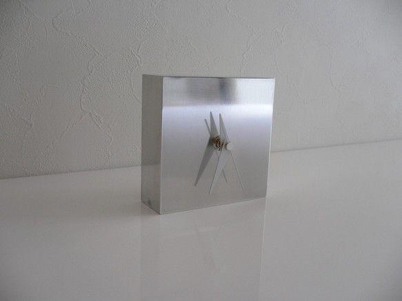 置時計   Reflectアルミのブロックを削り出しにて製作した、置時計です。シンプル、クール、モダン。インテリアとして、お部屋の雰囲気が変わると思います。高... ハンドメイド、手作り、手仕事品の通販・販売・購入ならCreema。