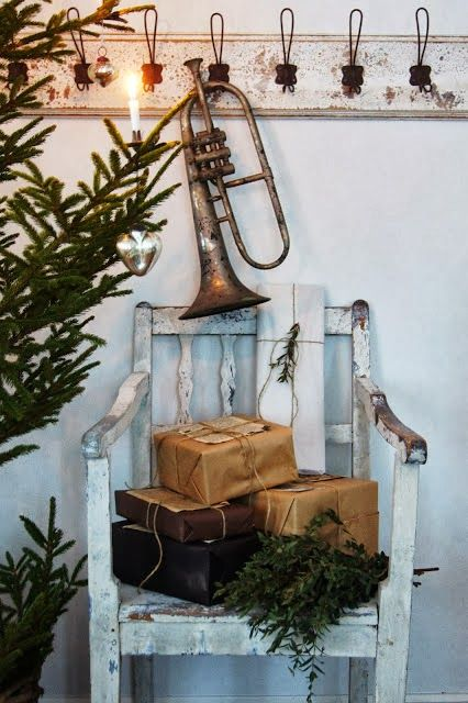 Lantliv i Norregård ~ If you happen to have an old baritone horn around the house, hang it up for a more festive home.
