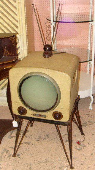 Television set with a round screen? I don't know anything about the year or manufacturer - but I NEED this. :)