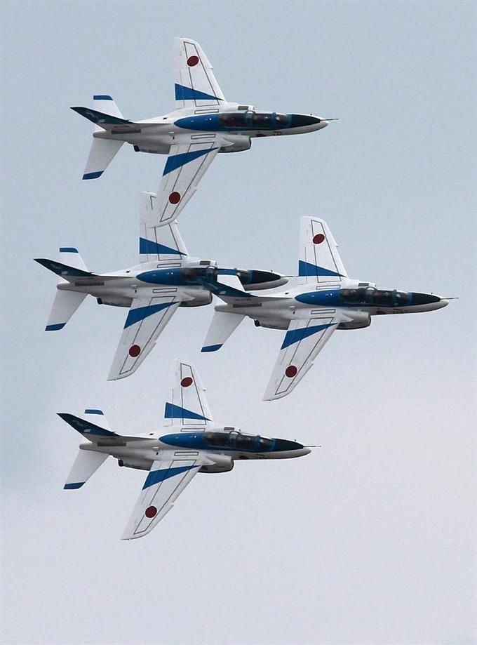 F2の帰還を祝い、展示飛行をおこなったブルーインパルスの「ファンブレイク」=20日午後、航空自衛隊松島基地(鈴木健児撮影)