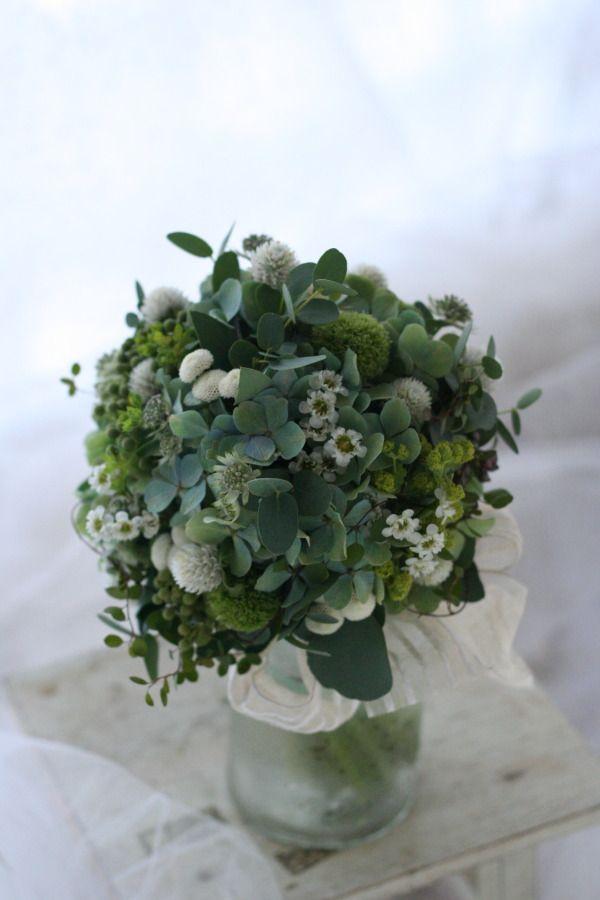 クラッチブーケ くすんだ緑の中の地球 シェ松尾松濤レストラン様へ : 一会 ウエディングの花