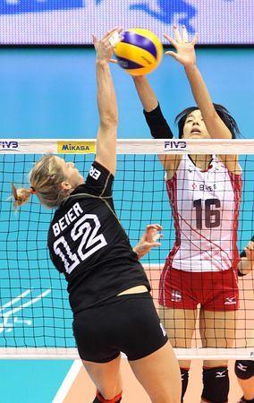 ドイツ戦でブロックに飛ぶ迫田(右)=2日、イタリア・トリエステ(EPA=時事) ▼3Oct2014時事通信|日本、ドイツに競り勝つ=中国は3次リーグ進出-世界女子バレー http://www.jiji.com/jc/zc?k=201410/2014100300118