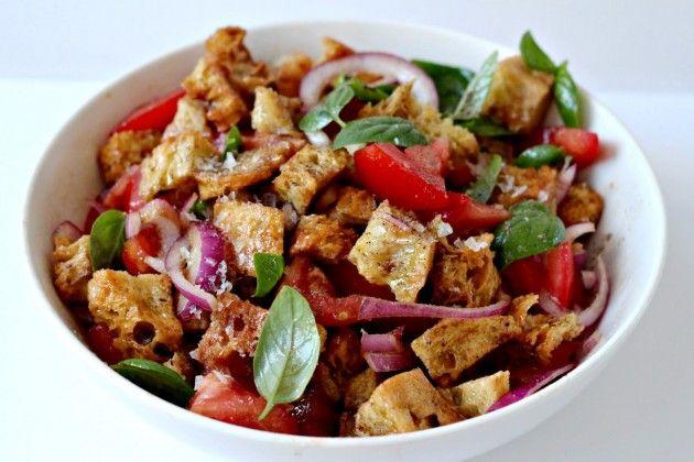 Панцанелла — это тосканский салат из овощей и пропитанных соусом кусков чёрствого хлеба. Он, как и салат цезарь, прекрасно справится с задачей «пристроить» засыхающий батон.