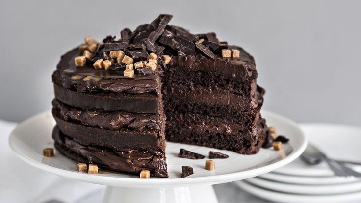 Ihanan suklaisessa kakussa on välissä täyteläistä suklaatäytettä ja kinuskikastiketta. Tuhtia kakkua riittää pienikin pala. Tämäkin resepti vain n. 0,45€/annos*.