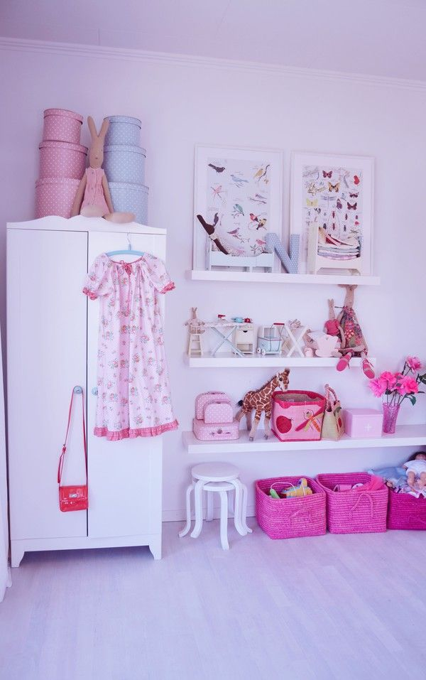 Love all the shelves meisjeskamer roze met Rice manden. Pink and white vintage bedroom for little girls.