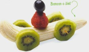 BANANA AND KIWI RACE CAR (Banana Mobile) Four Kiwis For Wheel One Banana For Car One Strawberry For Body One Blueberry For Head Two Toothpicks. Banaan-o-biel