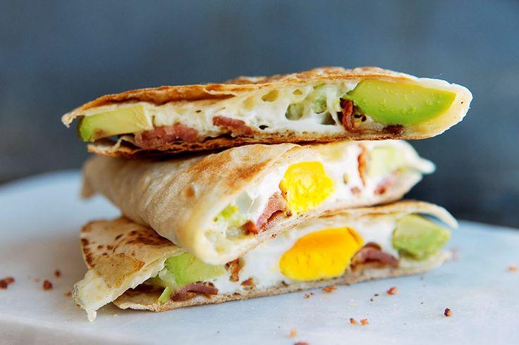 Quesedilla med avokado, egg, bacon og ost