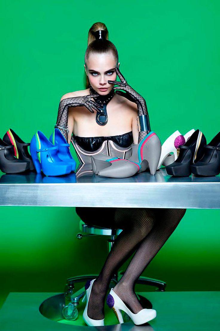 Cara Delevingne posa para Melissa diseñado por Karl Lagerfeld   Galería de fotos 1 de 4   Vogue México