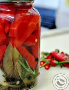 É picante mas tem muito sabor - Pimenta Dedo de Moça em Conserva - feita na cachaça, 2 tipos de pimenta e temperos frescos