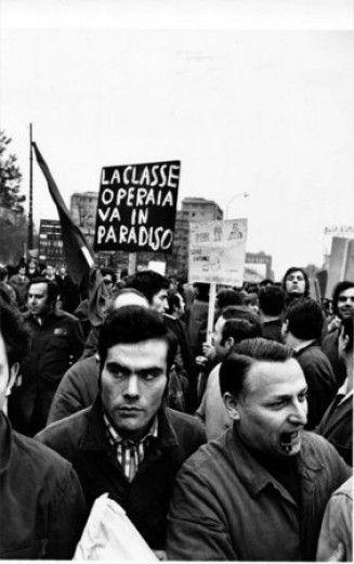 Uliano Lucas  Senza titolo (manifestazione operaia all'Alfa Romeo)  Milano, 1971  mm 405x304  stampa fotografica in bianco e nero, gelatina bromuro d'argento su carta baritata