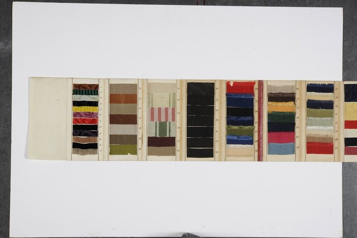 """Museum De Lakenhal: Portfolio with samples of ' Camelot ' or Turkish cloth , from Leiden. The portfolio comprises ten flaps which from 1 to 77 numbered steel grains are glued . The steel shall include plush , camelots , moire, polemiet and broché . On the back cover is a French definition of the steel written titled """" Explication de la Carte des Echantillon """" with two wax seals . Contains a caption which speaks of deliveries for French uniforms in the years 1796-1798 ."""