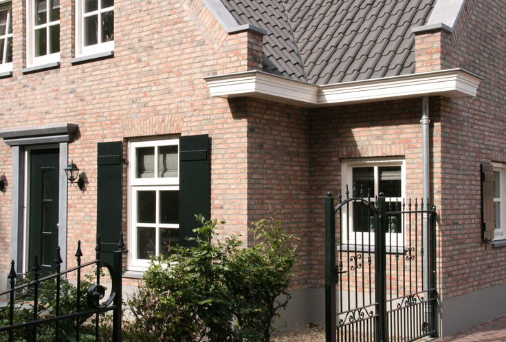 klassiek landelijke woning   fraaie ingetogen woning met doorgestoken gevels, een klassieke detaillering en traditionele raamverdeling