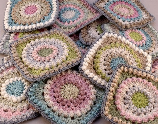 Pretty Circle of Friends squares - free pattern here: http://priscillascrochet.net/free%20patterns/Afghan%20Squares/Circle%20of%20Friends%20Square.pdf •✿•  Teresa Restegui http://www.pinterest.com/teretegui/ •✿•