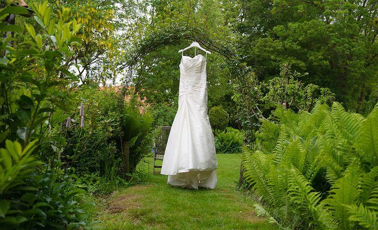 Trouwjurk, buiten, Martijn en Nikkie, bruiloft in de Flevopolder » Fotograaf Groningen, Trouwreportages, bruidsfotograaf