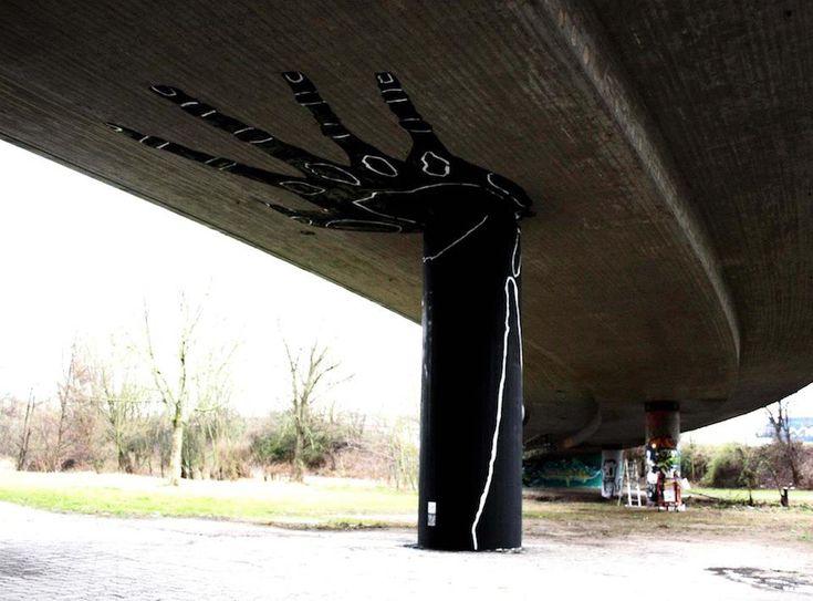 """Lo street artist tedesco Dome ha creato a Karlsrhue la sua """"Holding Hand"""": ovvero un grande pilastro convertito in una mano che sorregge un cavalcavia. Bellissimo!"""