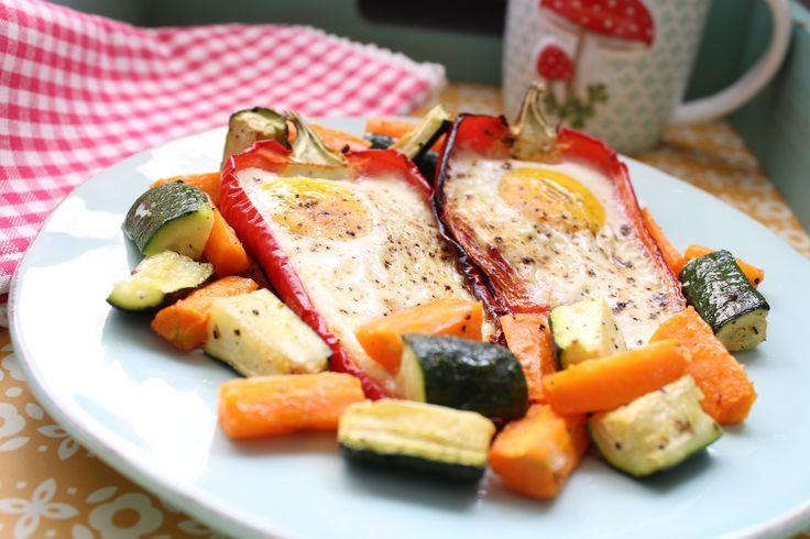 Morgens schon warm? Aber gerne... 2 Portionen 4 Eier Größe L 300 g (2 Stück) rote Spitzpaprika längs halbiert und die Kerne entfernt 300 g Zucchini in mund