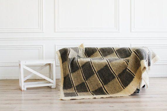 Handgemachte Wolldecke mit Schachbrettmuster gemacht.  Diese Decke aus der Schafwolle mit Schachbrettmuster ist wirklich traditionelles Dekor Artikel und eine große Gelegenheit, zusammen mit der ganzen Familie auf der Couch. Um eine qualitativ hochwertige Wolle zu erhalten, nehmen wir gute Pflege unserer Schafe. Dann wird ihr Haar gelehrig und leicht zu scheren. Sheared Wolle sollte in Wasser eingeweicht und auf natürliche Weise getrocknet werden. Wenn die Wolle trocken ist, sollte es einen…