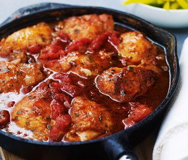 I detta recept bjuds det på en tomat- och örtbräserad kyckling som kokats ihop till en smakrik gryta. Kycklinglåren bryns och därefter tillsätts tomat, vatten, buljongtärning, soja och örter innan det är dags för grytan att sjuda. Servera kycklingen med nykokt ris och paprika.