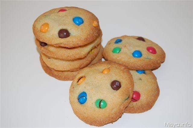 Gli m&m's cookies sono dei biscotti americani Perfetti per essere serviti per una merenda o preparati per una festa di compleanno per bambini. La croccantezza conferita dello