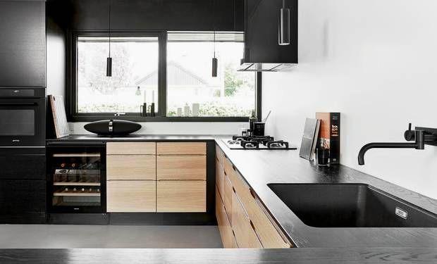 Det nye køkken fra HTH har parret selv tegnet. Det er inspireret af det originale køkken, men mere funktionelt og moderne. Vinskabet og B&W's Zeppeliner vidner om, at det primært er Esben Rose Andersen, der regerer i køkkenet. Armaturet er fra Vola, lamperne er fra Novoform.