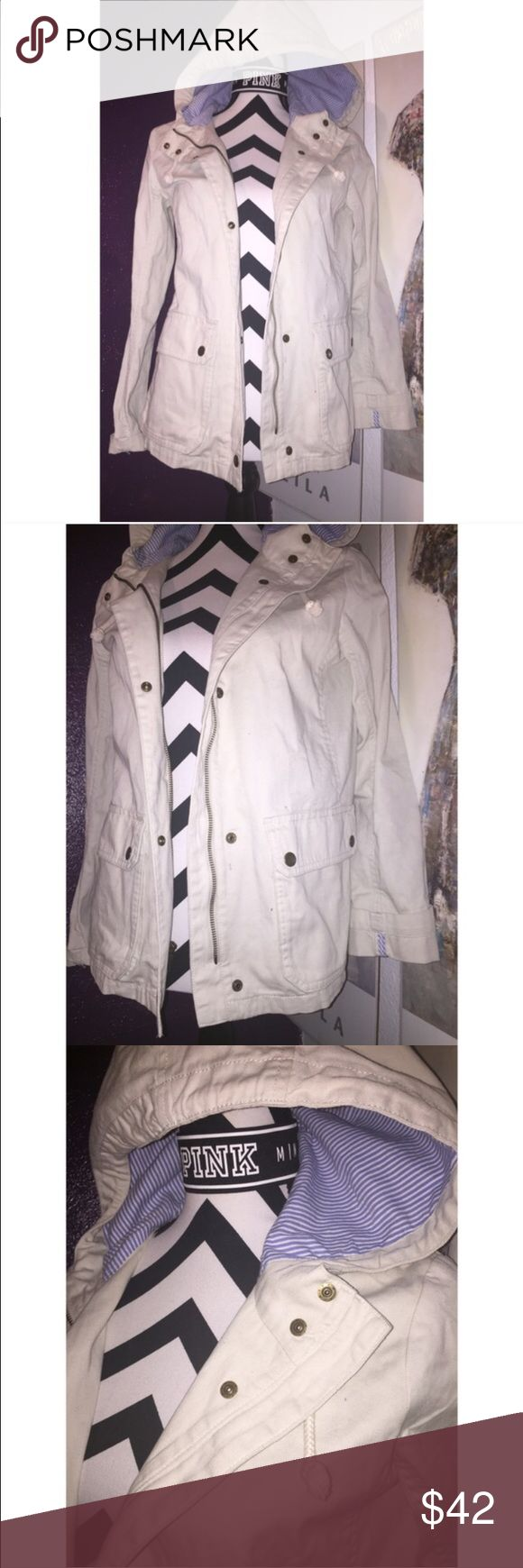 Gap khaki parka xs Women's GAP parka size extra small. Color is beige/ light khaki. It has a zipper and buttons for closure. Also has a hood. Pre owned but in excellent condition with no signs of flaws. GAP Jackets & Coats