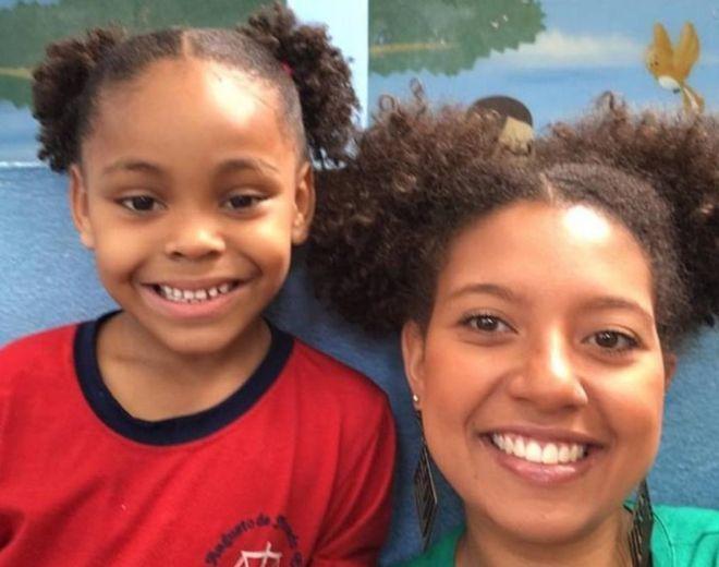 Uma professora aqui no Brasil achou uma forma diferente de ajudar uma aluna que estava sendo zombada por causa de seu cabelo.